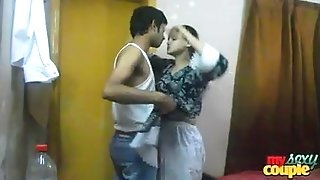 Indian scorching and spicy sonia bhabhi deepthroating her fellow immense fellow meat