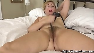 USA gilf Justine gives her unshaved beaver a handle