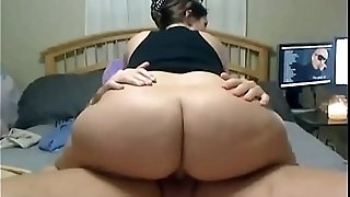 Teenager is shaking her big ass